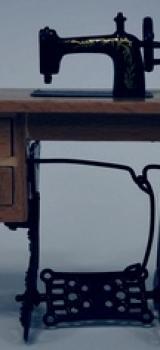 Machine à coudre sur pied avec tiroirs