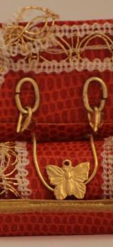 parure de bijoux dans son écrin orangé